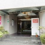 ファミティ弐番館の入り口です。こちらから入り、2階までお越し下さい